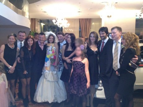Bašternákova svadba: zľava Turčan s partnerkou, Počiatek s manželkou, Bašternák a jeho žena, vpravo Kaliňák s manželkou a Ivan Lúčan.