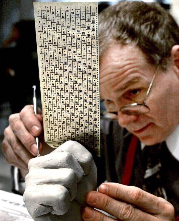 """Až chirurgicky presné skúmanie hrôzostrašných floridských """"hanging chadov"""" na hlasovacom lístku z volieb amerického prezidenta v roku 2000. Foto – Wikipédia/Mark T. Foley"""