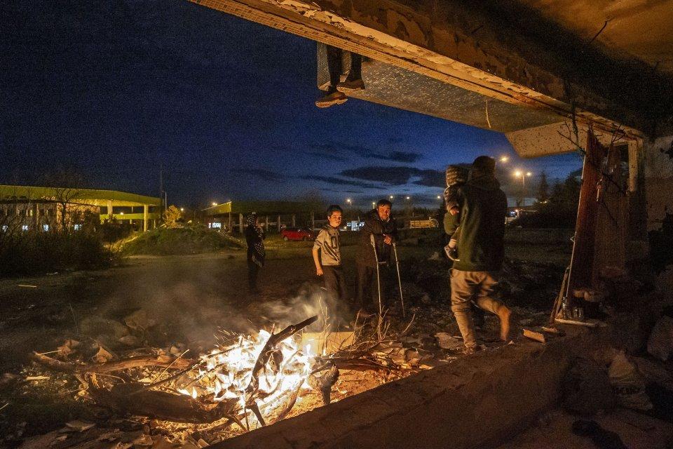 Aj títo utečenci z Afganistanu uverili fáme o otvorených gréckych hraniciach. Zostali bez prostriedkov v rozostavanom dome pri autobusovej stanici v Edirne. Foto – Deník N/Gabriel Kuchta