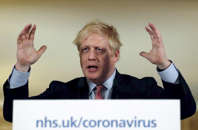 Britský premiér Boris Johnson počas tlačovej konferencie o koronavíruse. Foto – TASR/AP