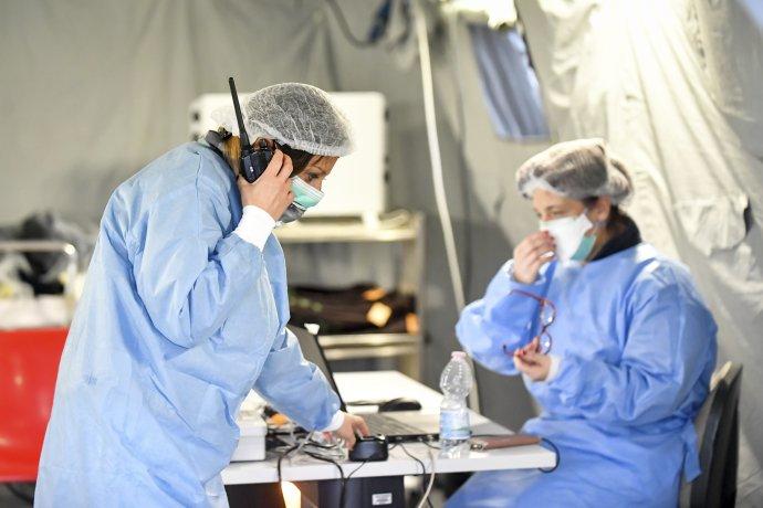 Zdravotníci pracujú v stane pred nemocnicou v meste Cremona. Foto - TASR/AP