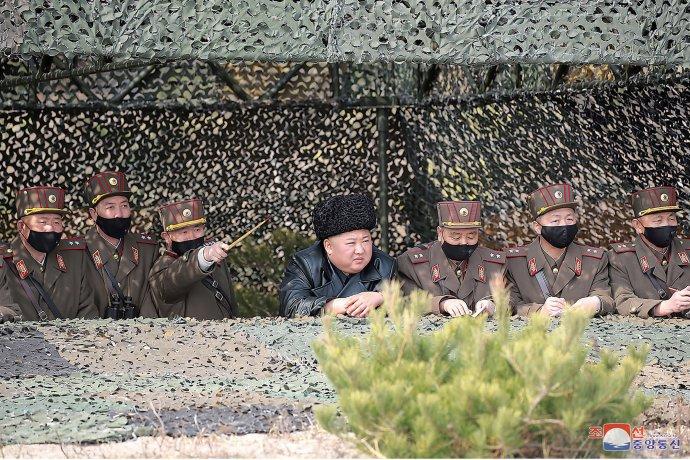Kim Čong-un počas testu ako jediný nemal rúško. Foto - TASR/AP