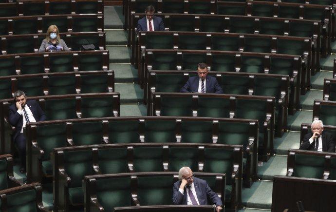 Aj v sejme prijali opatrenia. Poslanci sedia v bezpečnej vzdialenosti, mnohým dovolili hlasovať online. Foto - TASR/AP