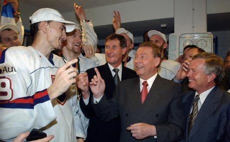 Zľava: Miroslav Šatan, Pavol Hrušovský (podpredseda parlamentu), Rudolf Schuster (prezident) a Jozef Migaš (predseda parlamentu). Foto – archív tasr