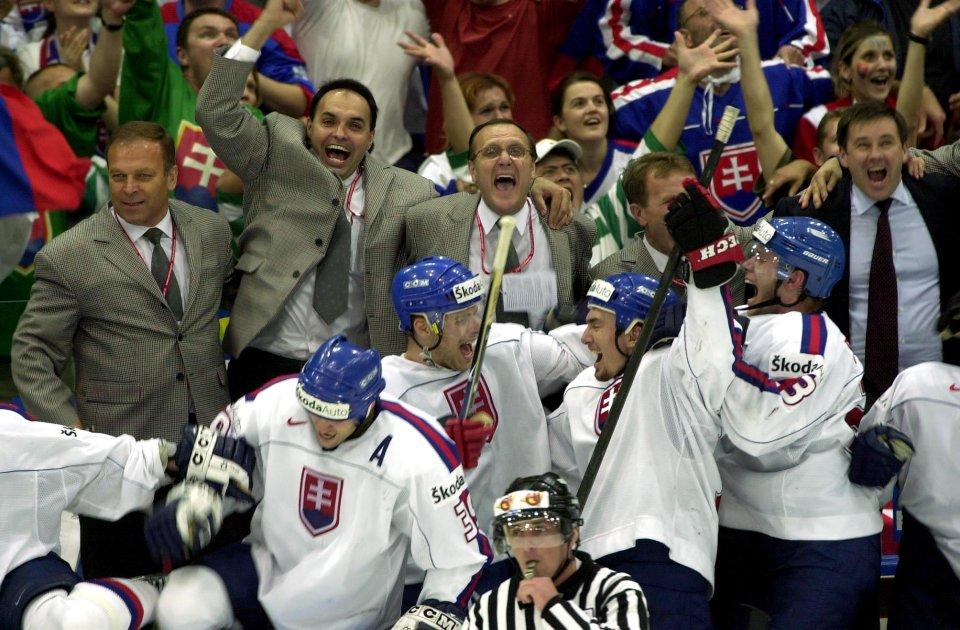Na lavičke sa raduje aj Juraj Široký (vpravo), vtedajší prezident SZĽH. Foto - archív tasr