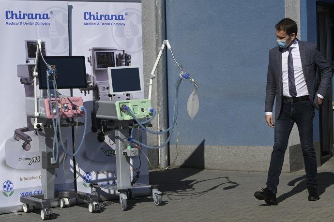 Igor Matovič s pľúcnymi ventilátormi na návšteve firmy Chirana. Foto – TASR