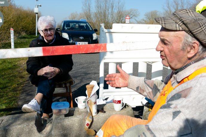 85-ročná Inga Rasmussenová z Dánska a 89-ročný Karsten Tüchsen Hansen z Nemecka sa každý deň stretávajú na nemecko-dánskom hraničnom priechode. Foto – TASR/AP