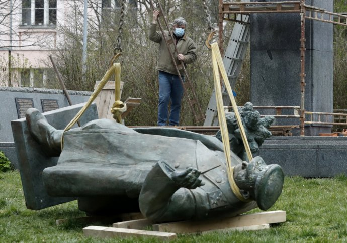 Demontáž sochy maršala Koneva v Prahe. Foto – TASR