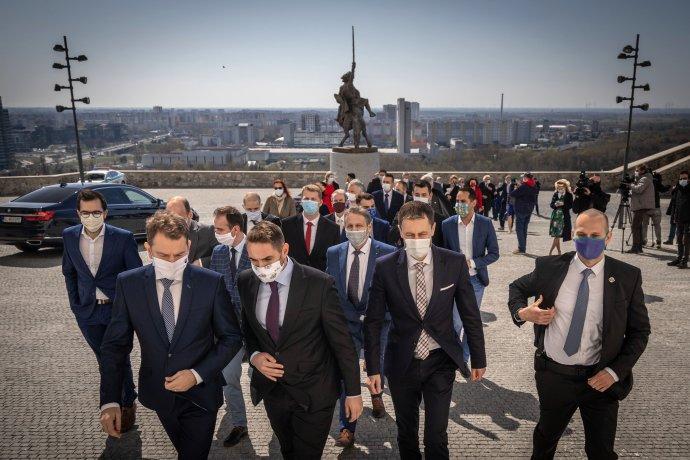 Vládni poslanci pred podpisom koaličnej zmluvy. Foto N - Tomáš Benedikovič
