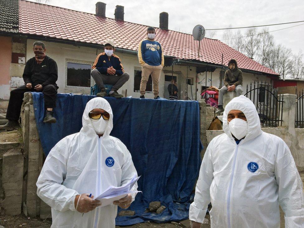 Dvaja terénni pracovníci a obyvatelia uzavretej osady v Krompachoch na jar 2020. Foto N – Andrej Bán