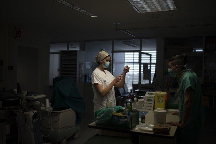 Zdravotná sestra pripravuje lieky pre pacienta s COVID-19. Ilustračné foto - TASR/AP