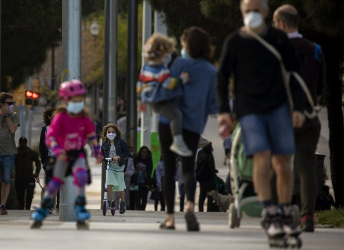 Španielske deti sa mohli prvýkrát po šiestich týždňoch prebehnúť vonku. Ilustračné foto - TASR/AP