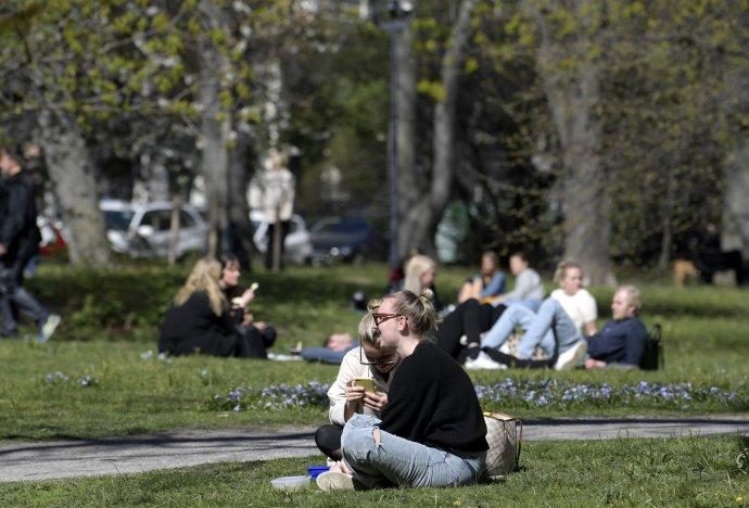 Ľudia obedujú v parku Humlegarden v Štokholme. Foto - TASR/AP