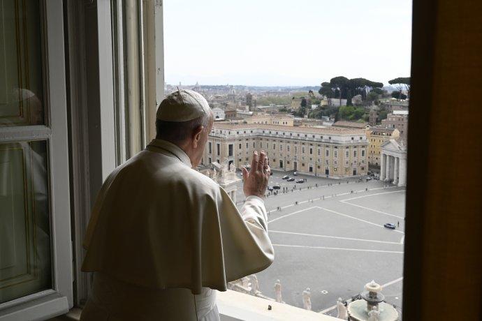 Pápež František požehnáva z okna Apoštolského paláca po modlitbe. Foto - TASR/AP