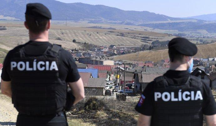 Polícia stráži uzavretú osadu v Bystranoch. Foto - TASR