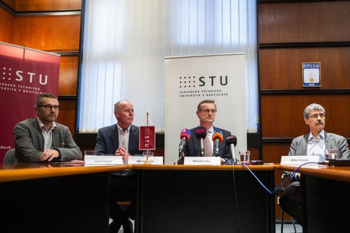 Dekan FIIT Ivan Kotuliak, predseda Akademického senátu STU Marián Peciar, rektor STU Miroslav Fikar a predseda správnej rady Milan Ftáčnik