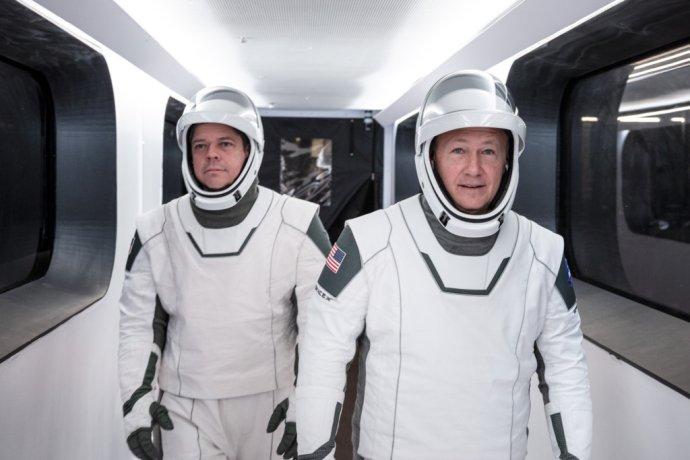 Crew Dragon Demo-2 je testovací let kozmickej lode Crew Dragon spoločnosti SpaceX na Medzinárodnú vesmírnu stanicu (ISS). Na snímke astronauti Robert L. Behnken (vľavo) a Douglas G. Hurley. Foto – AP