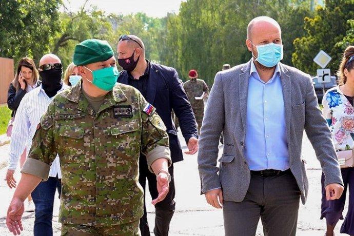 Naď robí po svojom nástupe turné po vojenských posádkach, na týchto návštevách ho vždy sprevádza aj Zmeko. Foto - MOSR
