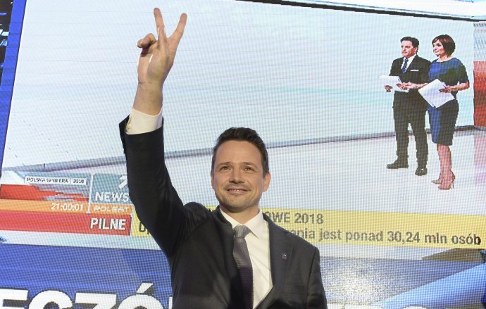 Takto sa tešil Rafal Trzaskowski z víťazstva vo voľbách starostu Varšavy na jeseň 2018. Teraz zabojuje o prezidentský palác. Foto - TASR/AP