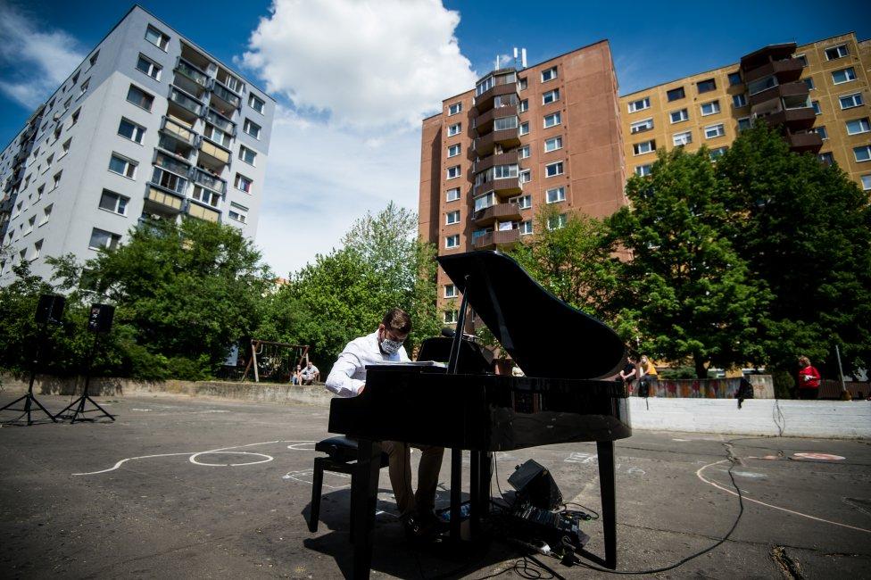 Pianista Peter Šandor v rámci projektu Umenie pod oknami v Devínskej Novej Vsi. Foto N - Vladimír Šimíček