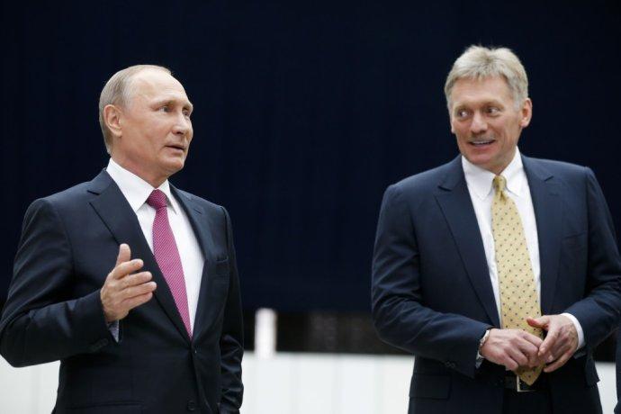 Hovorca Kremľa Dmitrij Peskov tvrdí, že bol s Putinom pred viac ako mesiacom. Pre COVID-19 skončil v nemocnici. FOTO - TASR/AP