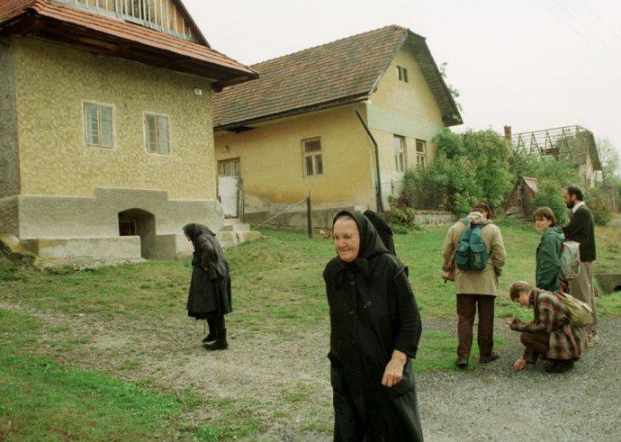 Rok 1999, keď sa veľká časť miestnych zo Slatinky odsťahovala. Foto - TASR