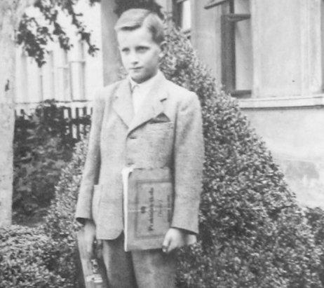 Ján Vanát pred domom adoptívnych rodičov Izákovcov v Skrbni. Foto – Post Bellum