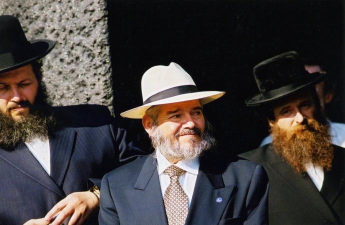 Slávnostné otvorenie Pamätníka Chatama Sofera (8. 7. 2002); R. Cohn (v strede) s predstaviteľmi Medzinárodného výboru pre záchranu hrobov mudrcov z Bratislavy. Foto – H. Bakaljarová