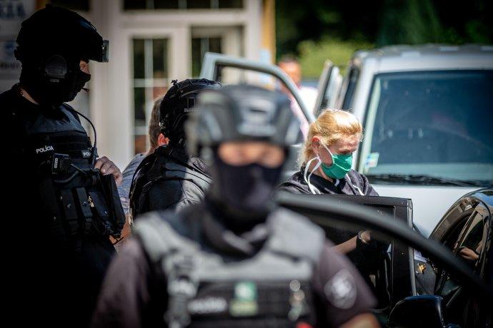 Moniku Jankovskú odvážajú z polície. Foto N - Tomáš Benedikovič