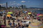 Pláže v Barcelone bývajú plné. Ilustračné foto - TASR/AP