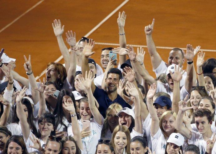 Djokovič s hráčmi a dobrovoľníkmi po turnaji v Belehrade. Foto - tasr/ap