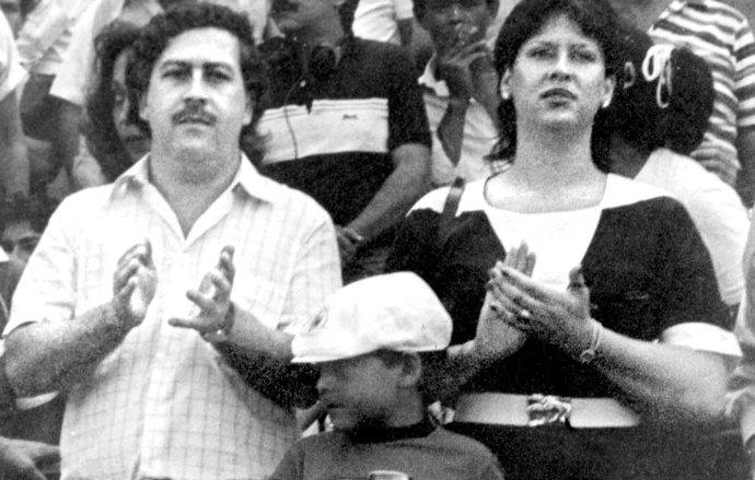 Na archívnej snímke bez udania dátumu je Pablo Escobar (vľavo) s manželkou Victoriou Henao Vellejo (vpravo) a s ich synom na futbalovom zápase v Bogote. Foto - TASR/AP