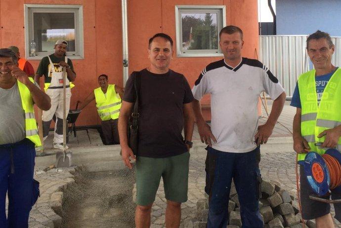 Stavbár Stanislav Svetlošák (v tmavom tričku) so spolupracovníkmi. Foto - archív L. S.