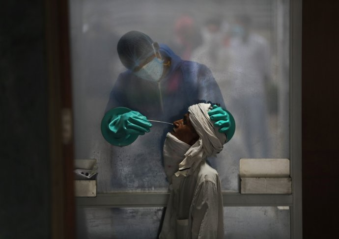 Zdravotník v nemocnici v Naí Dillí pripravuje test na covid-19. Ilustračné foto - TASR/AP