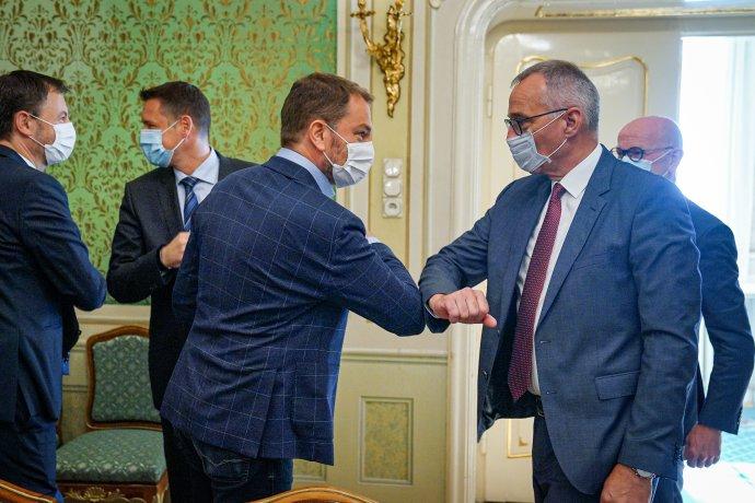 Premiér Igor Matovič a člen predstavenstva Volkswagenu zodpovedný za výrobu Andreas Tostmann. Foto - TO Úradu vlády SR