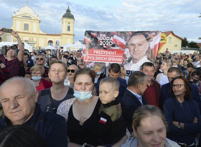 Podporovatelia Andrzeja Dudu na volebnom mítingu. Foto - TASR/AP