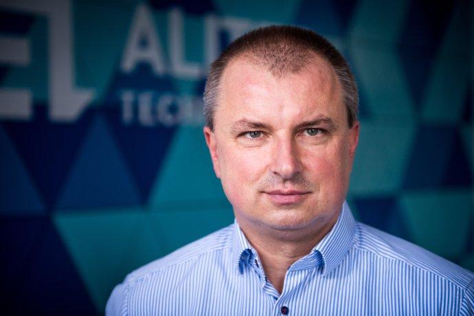 Peter Dostál hovorí, že má problém zohnať kvalitných ľudí, pretože ich preplácajú startupy. Foto N - Vladimír Šimíček