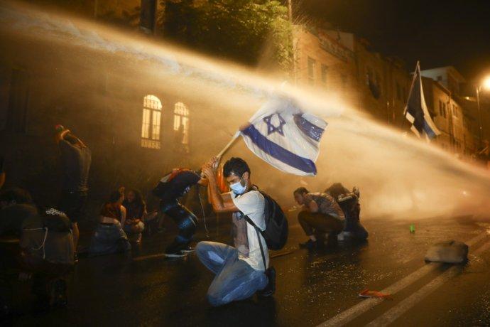 Izraelská polícia použila cez víkend vodné delo proti protestujúcim pred rezidenciou izraelského premiéra v Jeruzaleme. Foto - TASR/AP