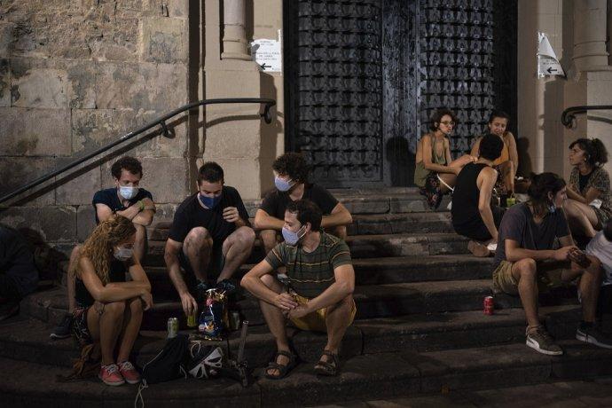 Za rýchlym šírením koronavírusu v Barcelone bol najmä nočný život, ktorý však z veľkej časti skončil v dôsledku nočného zákazu vychádzania. Ilustračné foto - TASR/AP.