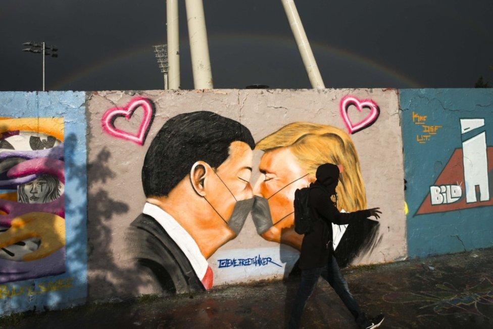Grafit s americkým prezidentom Donaldom Trumpom a jeho čínskym kolegom - Si Ťin-pchingom. Foto - TASR/AP