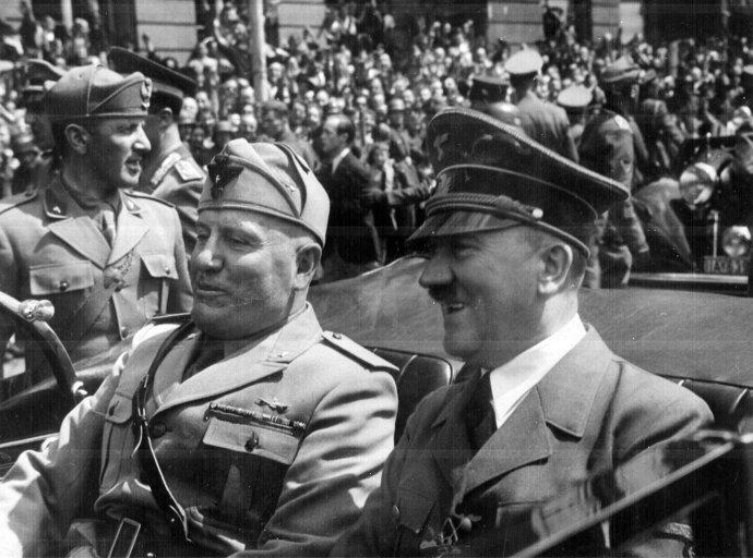 Mussolini (vľavo) s Adolfom Hitlerom v Berlíne v roku 1940. Foto - flickr/Marion Doss