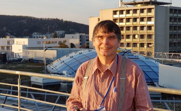 Prof. MUDr. Vojtěch Thon, Ph.D., pôsobí v Centre pro výskum toxických látok v prostredí (RECETOX) Masarykovej univerzity v Brne. Na fotke je na streche kampusu Masarykovej univezity.