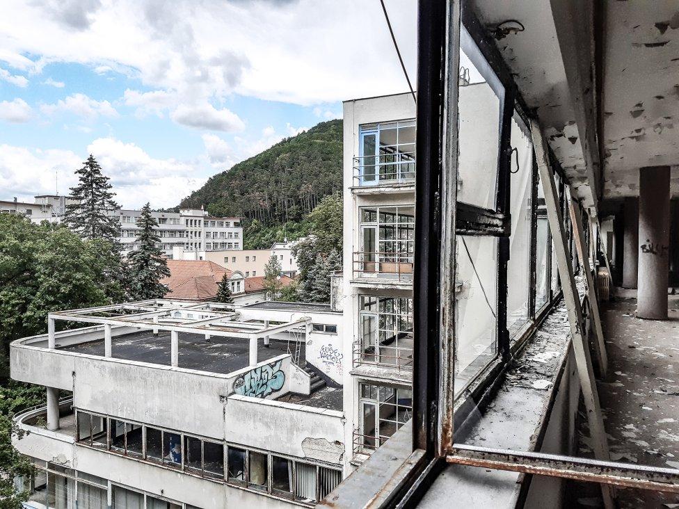V priebehu posledných rokov budova veľmi rýchlo upadá. Foto - Rea Dilhoffová, 2019