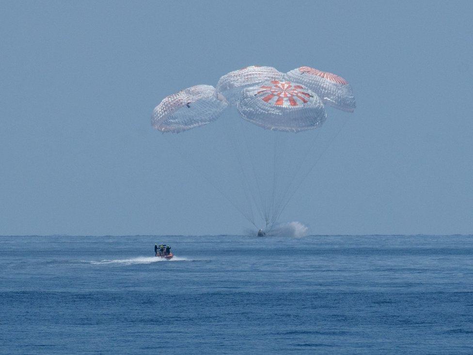 Kozmická loď Crew Dragon Endeavour pristála v Mexickom zálive 2. augusta o 20:48 nášho času. Foto – NASA