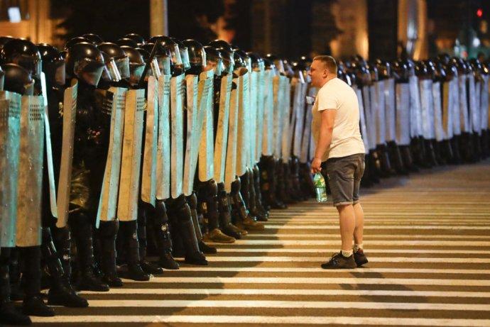 Protestujúci vs. bieloruská polícia. Foto - TASR/AP