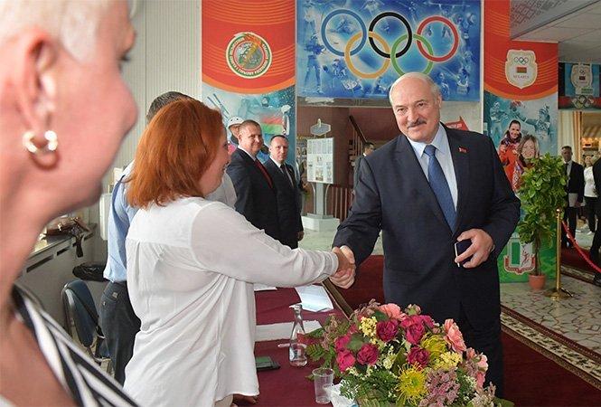 Lukašenko pri hlasovaní na Bieloruskej štátnej univerzite telovýchovy. Foto – úrad bieloruského prezidenta