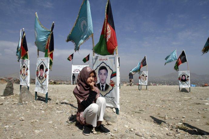 Obyvatelia Afganistanu pri hroboch svojich blízkych vlani žiadali zastavenie bojov. Foto - TASR/AP