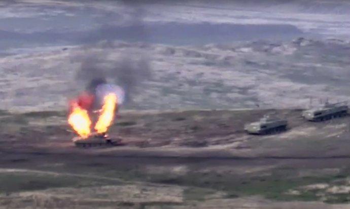 Záber arménskeho ministerstva obrany zobrazujúci operáciu proti azerbajdžanským tankom, ktoré útočili na pozície v Náhornom Karabachu. Foto - TASR/AP