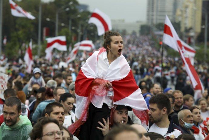 Demonštranti na pochode smerom k sídlu bieloruského prezidenta Alexandra Lukašenka. Foto - TASR/AP