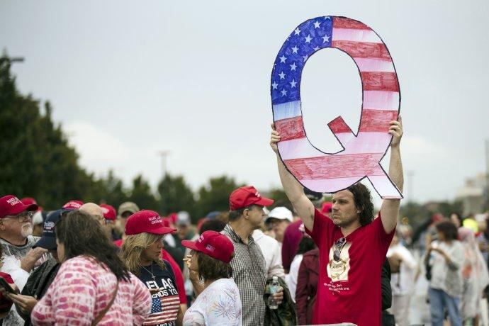 Demonštrant v roku 2018 drží písmeno Q, symbol QAnonu. Foto - TASR/AP
